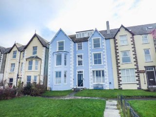 SEA VIEW APARTMENT, beach across road, sea views from most rooms, WiFi, in Llanfairfechan, Ref 924749