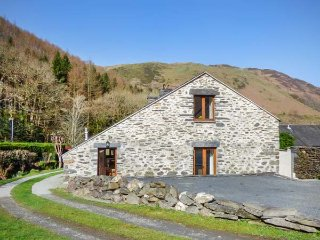 HENDRE BACH BARN, barn conversion, three bedrooms, WiFi, pet-friendly, in, Abergynolwyn