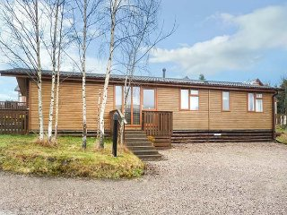 SILVER BIRCH LODGE, hot tub, open plan living, countryside views, Banchory, Ref