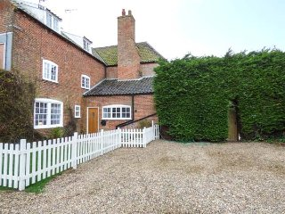 KILN COTTAGE, private hot tub, woodburning stove, 2 bedrooms, in Lowestoft, Ref