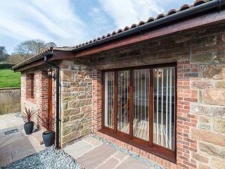 THE OLD DAIRY 1, ground floor, open plan, pet-friendly, private patio, Mitcheldean