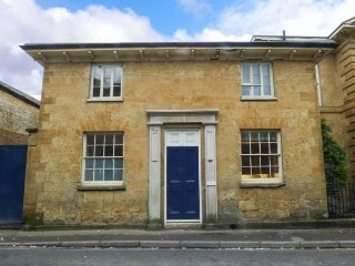 EAST WING, woodburner, two bedrooms with en-suites, WiFi, in Crewkerne, Ref 9534