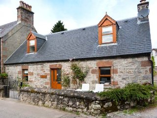 STONYWOOD COTTAGE, comfy cottage, dog welcome, near Loch Ness in Drumnadrochit