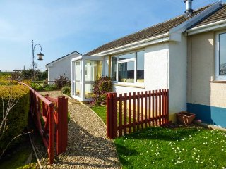 KEESTON HALL BUNGALOW, woodburner, close to beaches, conservatory, near Roch, Re