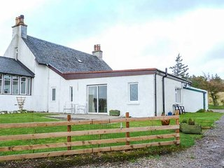 KILBRIDE COTTAGE, lawned garden, close to beaches, lovely views, Campbeltown, Re
