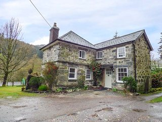 BEAVER GROVE COTTAGE detached cottage, riverside location, close to amenities, Betws-y-Coed
