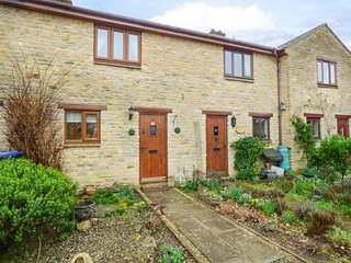 4 MANOR FARM COTTAGES, lovely terraced cottage, WiFi, courtyard garden, in Stret