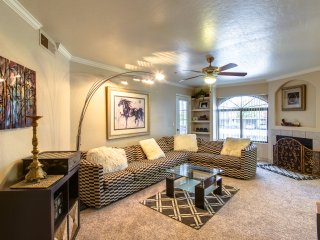 3 bedroom's in resort style setting.Heated pool, spa,tennis,gym,sandvolley, Scottsdale