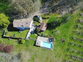 """Maison en pierre style """"Mas provencal"""" avec piscine a debordement"""