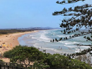 Bondi Apartments Coolum, Absolute Beachfront With Free WiFi & Netflix, Coolum Beach