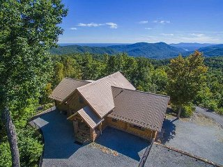 Beautiful 3BR Custom Built Log Home w/ Hot Tub and Amenities!
