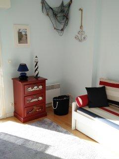 Chambre 2: avec un canape/lit gigogne donnant 2 lits simples ou 1 grand lit