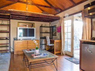 Great secure guest house with private back yard in Hollywood / Korea town area, Los Angeles