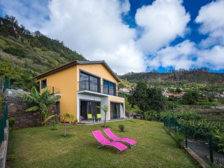 Stylish 2 bedroom with fantastic views of the ocean and Arco da Calheta