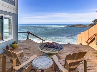 Oceanfront whale watchers' retreat w/ ocean deck & firepit at the sea's edge !