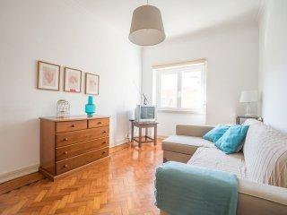 Bright Bombarda apartment in Pena with WiFi & lift., Lisbon