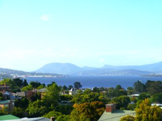 Long Beach House - 2 Bedroom Apartment with Mountain and Water Views, Hobart