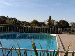 mini villa avec piscine, tennis, et acces direct plage