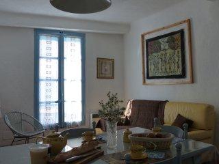 Maison provençale typique avec terrasse tropézienne