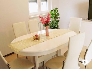 Cozy two bedroom apartment with parking included, Pula
