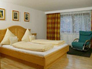 Eines von drei Schlafzimmern.