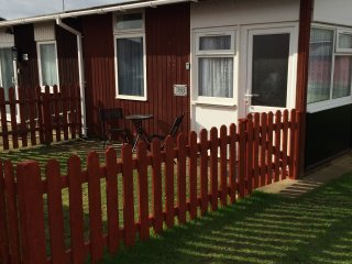 Coastal Gem, South Shore Holiday Village-cute cosy chalet sleeps 3-Dog friendly, Bridlington