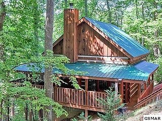 MOUNTAIN HIDEAWAY-Authentic Log Cabin minutes to Pigeon Forge Pkwy & Attractions