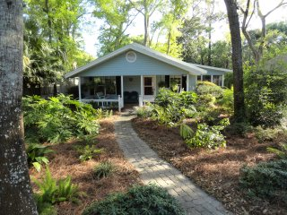 Pet Friendly, South End Island Cottage, Short Walk to Village and Beach, Saint Simons Island