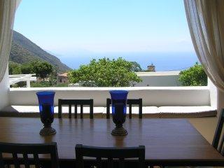 Villa Il Melograno, elegante casa dell'800 con vista mare e giardino alle Eolie