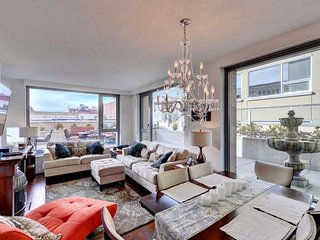 Downtown Victoria 1 Bedroom Executive Condo Steps to the Inner Harbour