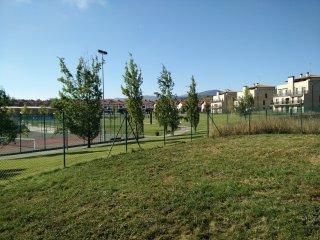 Piso bajo con jardín, frente a la zona deportiva y a 100 m del Golf