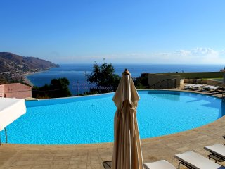 Romantic apartment with amazing view in center of Taormina with pool parking