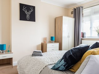 Self Catering 4 BDR House London Sleeps 7/12 London Close to Wimbledon, Morden