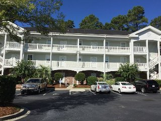 Comfortable golf condo, outdoor & indoor swimming pool, WIFI, 7 miles to MYR