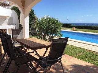 Apartamento con jardin y piscina frente al mar
