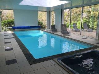 Villa avec jacuzzi et piscine intérieure chauffée près du chemin côtier