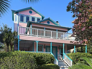 THINK PINK!  3 or 4 Bedroom, Gulf View, Close to the Beach, Community Pool.