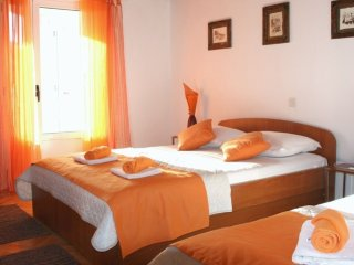 Old Town Studio apartment for 5 persons with balcony, 500m beach, Makarska