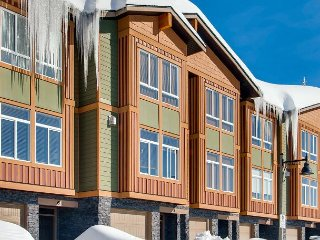 Grizzly Ridge Trail 6, Brand New Luxury 3 Bedroom 2 Bathroom Townhome, Garage, Big White