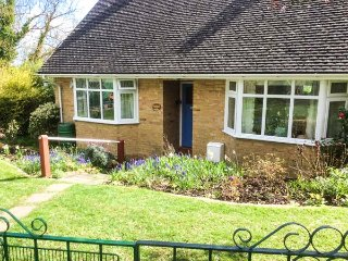 LITTLE ORCHARD, all ground floor, conservatory, enclosed garden, WiFi, Higher Od