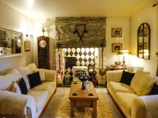 GREYSTONES, family-friendly, character holiday cottage, with a garden in Maentwr