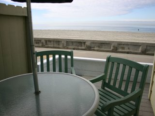 Cozy Ocean Front Beach Cottage 1br- Sleeps 5. FANTASTIC LOCATION & UNIQUE HOUSE