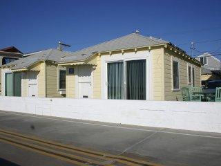 Cozy Ocean Front Beach Cottage 1br- Sleeps 5. FANTASTIC LOCATION & UNIQUE HOUSE