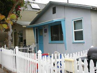 Cozy Cottage/Flat Steps to Ocean 2 Bedroom, 1 Bath- Sleeps 7- GREAT LOCATION!!, San Diego