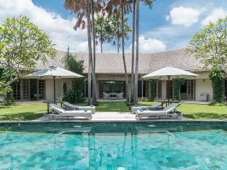 Palma, luxury 3 Bedroom Villa, near the Beach, Berawa, Canggu
