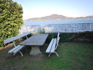 casa sul lago con accesso diretto dal giardino .., Meina