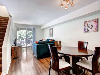 Triplex 2 Bed 2 Bath with private balconies. Walk to Gaslamp Quarter and more!, San Diego