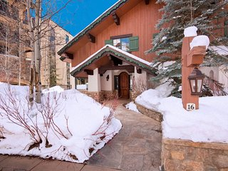 Spacious 5 Br Private Luxury Home with Hot Tub, Sleeps 12!