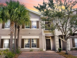 Stunning Vacation Home w/Lake View, Pool near Disney, SeaWorld, Universal Studio