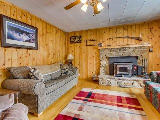 Cozy cabin with views of Payette Lake, beach access, & outdoor firepit!